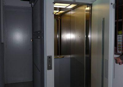 Barcelona, ascensor oleodinàmic sense cambra maquinaria amb estructura metàl·lica
